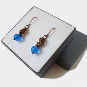 Drobne kolczyki z niebieskim kryształem