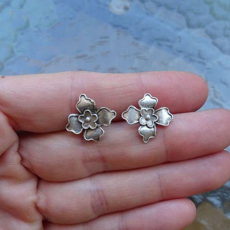 Srebrne drobne kolczyki kwiaty (1)